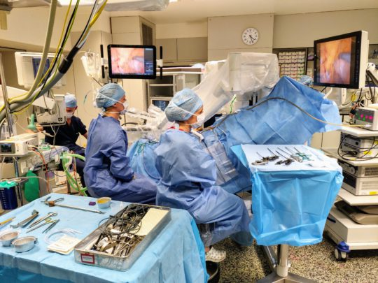 AZ Nikolaas zet verder in op minimaal invasieve chirurgie: ingebruikname nieuwe robot